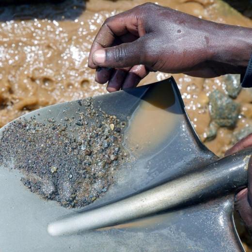Die Erze werden wie in alten Goldgräberzeiten mit der Schaufel aus dem Sand gewaschen.