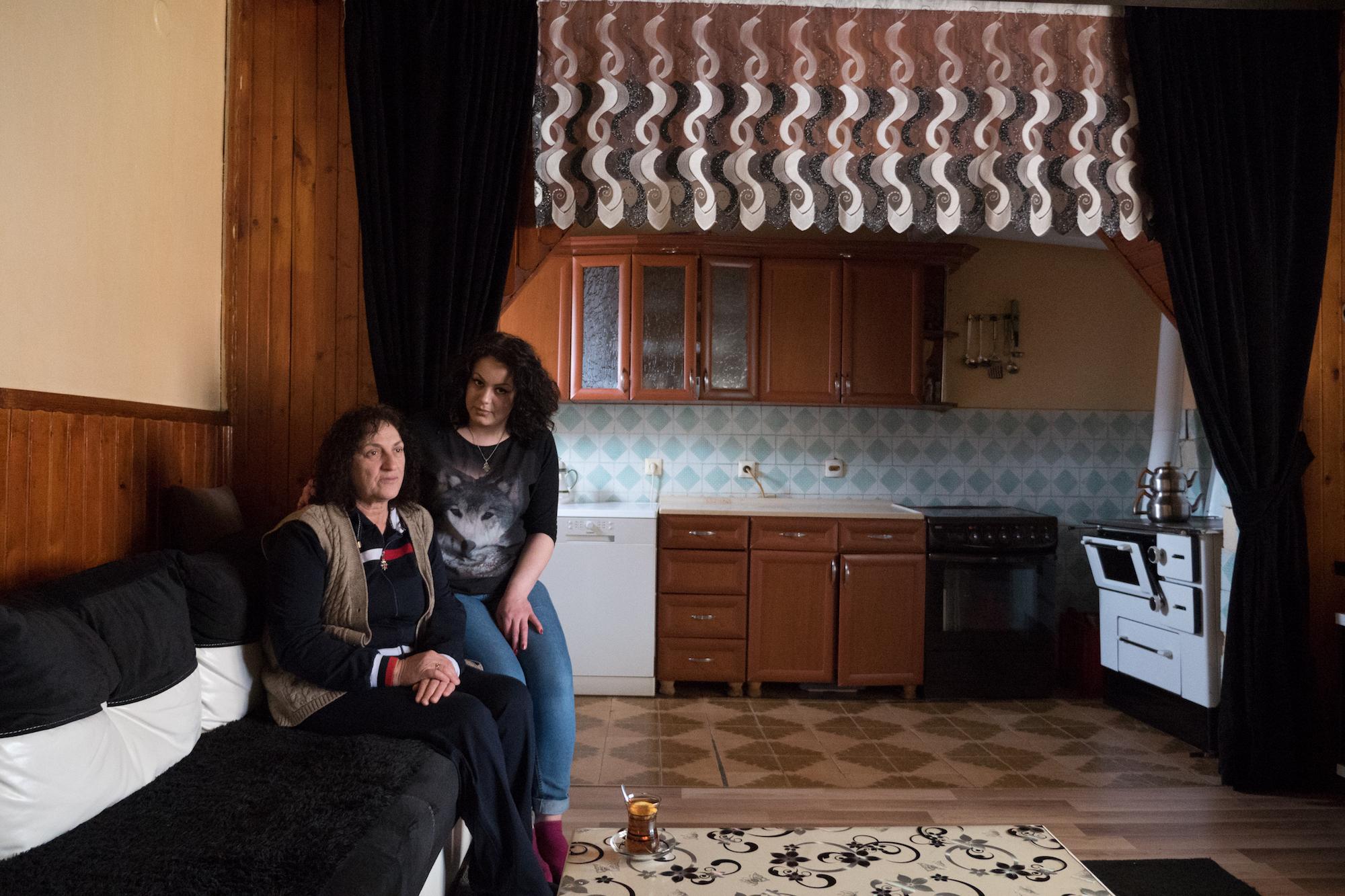 Sadije Sadiku, 20, mit Ihrer zuckerkranken Mutter. Sadije wurde in Deutschland geboren, letztes Jahr wurde ihr Asylantrag abgelehnt