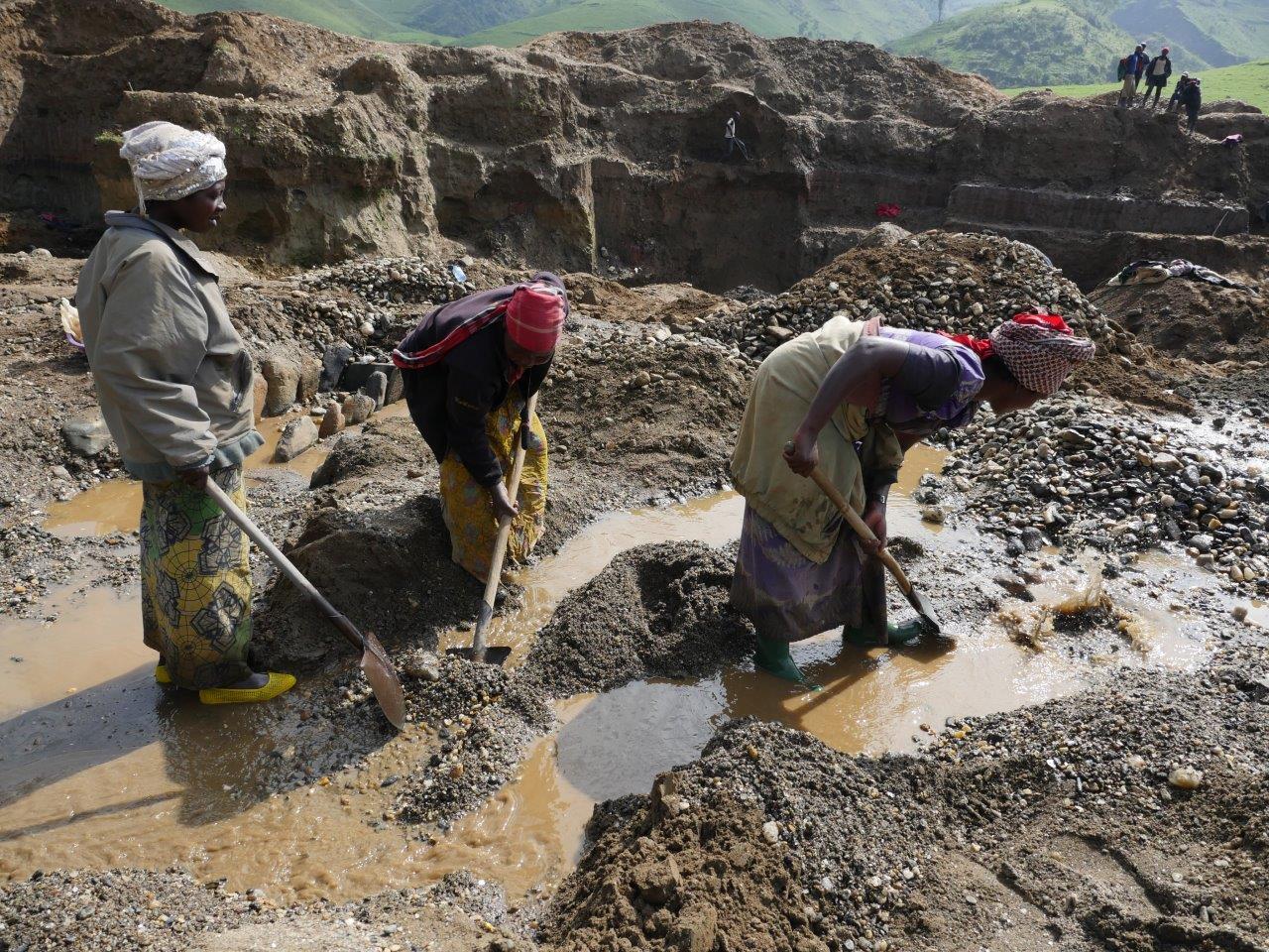 Auch Frauen arbeiten in Mine Fungamaka